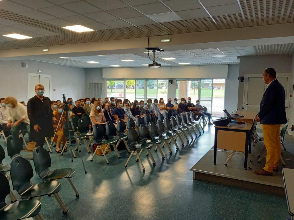 conférence en salle polyvalente